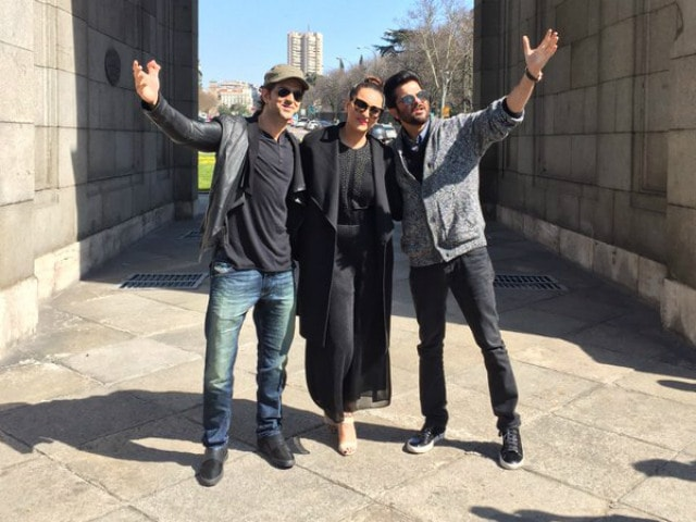 Hola! Sonakshi, Anil, Hrithik's Matargashti in Spain for IIFA 2016