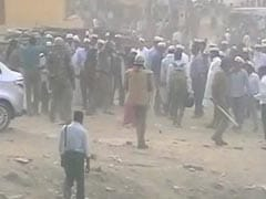 लखनऊ में यूपी पुलिस ने NRHM के संविदा कर्मचारियों पर लाठी चार्ज किया