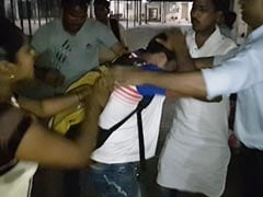 मुंबई : महिला ने की छेड़खानी करने वाले वॉर्डबॉय की पिटाई, किया पुलिस के हवाले