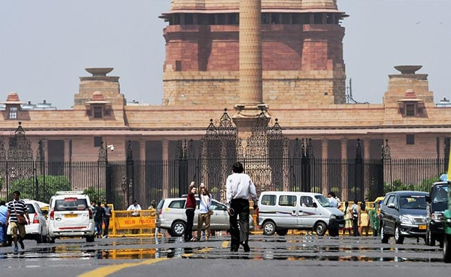 Temperature Soars To 43 Degrees In Delhi, Rains Predicted On Sunday