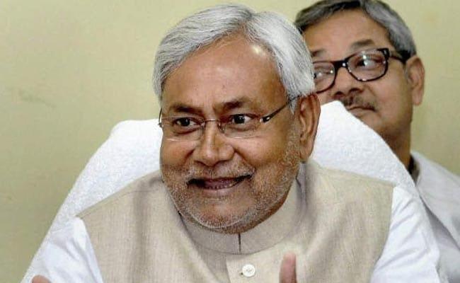 कमल के चित्र में रंग भरे; राजनीतिक अटकलों के 'रंग' चढ़े, नीतीश कुमार हंसे बिना न रह सके