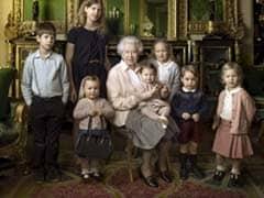 अभी एक साल की भी नहीं हुई राजकुमारी शार्लेट और सीधे जा बैठी क्वीन की गोद में...