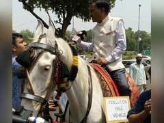 जानिये रायसीना रोड पर घोड़े पर बैठकर क्यों चला एक सांसद