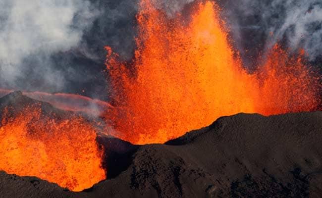 सक्रिय ज्वालामुखी के पास फंसे लोगों को निकालने जा रहा हेलीकॉप्टर दुर्घटनाग्रस्त, आठ मरे