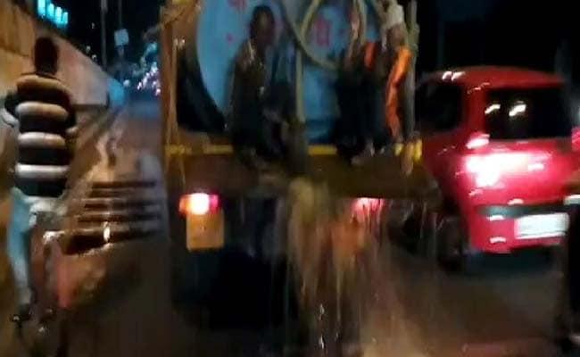 सूखाग्रस्त अमरावती में मुख्यमंत्री फडणवीस के स्वागत में हज़ारों लीटर पानी बहाया गया