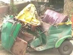 नोएडा : दो स्कूली बसों की टक्कर की चपेट में आया ऑटो, सवार लड़की और चालक की मौत