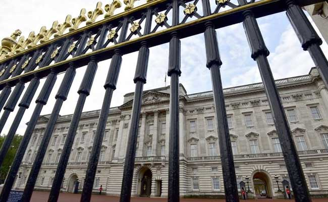 Man With Knife Arrested Near Buckingham Palace In London
