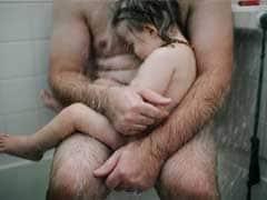 वायरल होने के साथ विवादित हुई पिता की शावर में गोद लिए बच्चे वाली फेसबुक तस्वीर