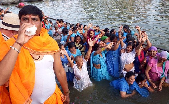 राजिम कुंभ 2018: संगम पर भव्य आरती के साथ मेले की बढ़ी रौनक, जलेंगे ढाई लाख दीए