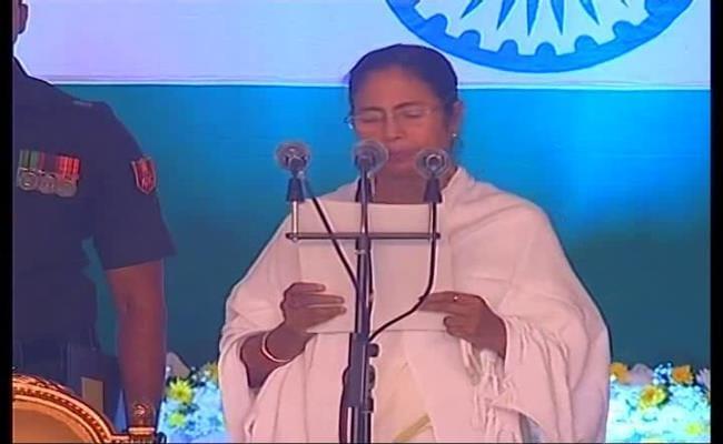 ममता दूसरी बार बनीं मुख्यमंत्री, 17 नए चेहरों समेत 41 मंत्रियों ने ली शपथ, जेटली, केजरीवाल, अखिलेश पहुंचे