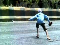 गर्मी का प्रकोप : गुजरात में पिघलती सड़क पर चलते हुए भी संघर्ष कर रहे हैं लोग