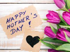 मदर्स डे 2017: इन SMS और वॉलपेपर्स के जरिए मां को दिलाएं अपने प्यार का अहसास