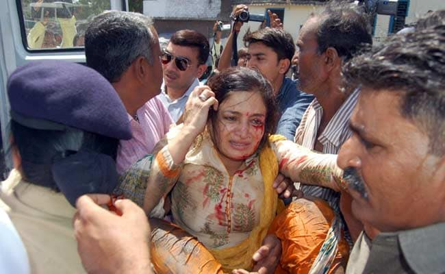 गुजरात : बीजेपी सांसद पूनम माडम गहरे नाले में गिरीं, हवाई जहाज़ से मुंबई अस्पताल ले जाया गया