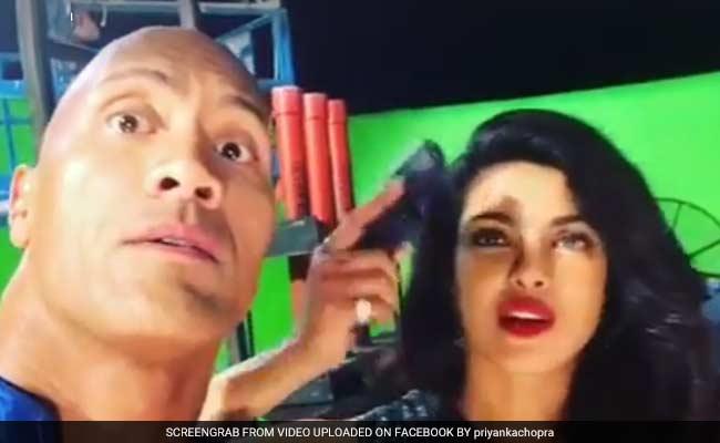 फेसबुक वीडियो : 'द रॉक' के साथ शूटिंग पर मस्ती कर रही हैं प्रियंका चोपड़ा