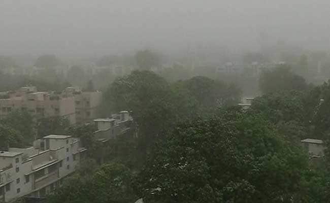 दिल्ली-एनसीआर में बारिश, भीषण गर्मी से मिली लोगों को राहत