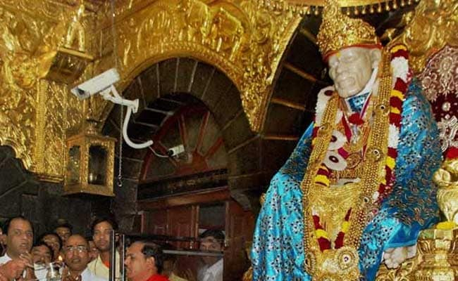 आगरा की महिला ने शिरडी के साईंबाबा मंदिर में भेंट की 2 किलो सोने की पादुका