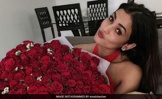 एक्ट्रेस सोनल चौहान के साथ जयपुर में हुआ दुर्व्यवहार, शमिता शेट्टी को भी कहा गया अपशब्द