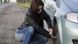 टिप्स: हाइवे पर अगर हो जाए आपकी कार पंक्चर तो कैसे बदलें टायर