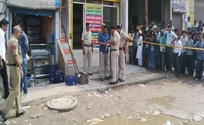 दिल्ली के भजनपुरा में कार सवार बदमाशों ने प्रॉपर्टी डीलर की हत्या की, बेटा घायल