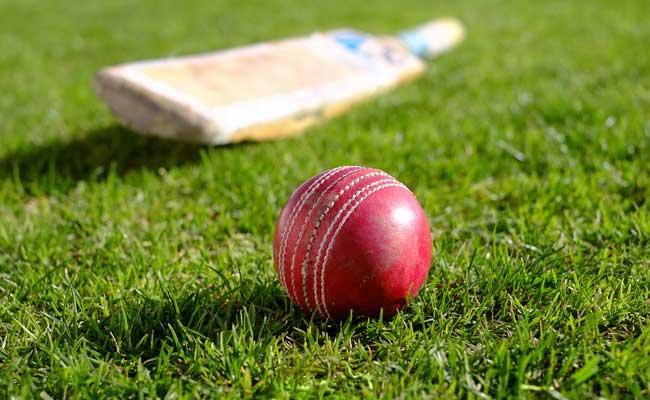 बाप रे बाप! बल्लेबाज का प्रचंड शॉट गेंदबाज के सिर पर..और ये छक्का! VIDEO देखिए