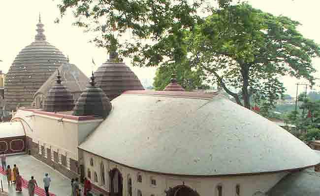 यहां भक्तों को मिलता है रक्त में डूबे हुए कपड़े का प्रसाद, जानिए कामाख्या मंदिर की पूरी कहानी