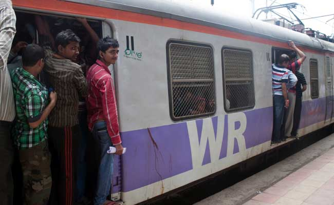 मुंबई में लोकल ट्रेन से धक्का दिए जाने से व्यक्ति की मौत