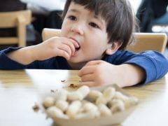 बच्चे को खिलाएं मूंगफली, कम होगा एलर्जी का खतरा...