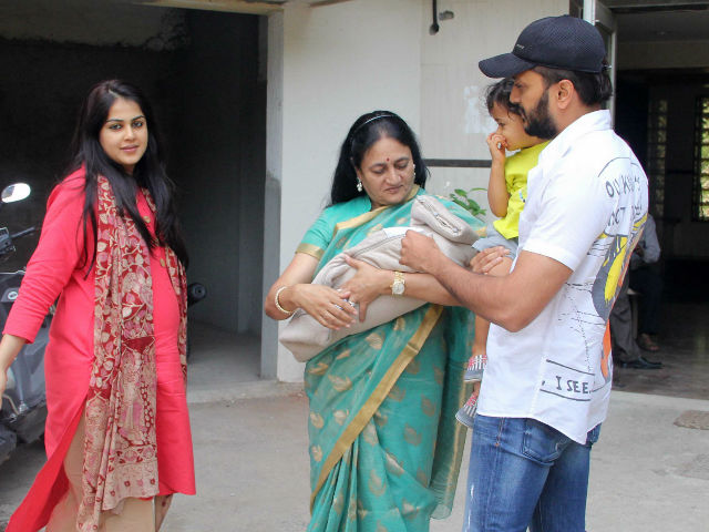 Riteish Deshmukh, Genelia and Riaan Bring the Baby Home