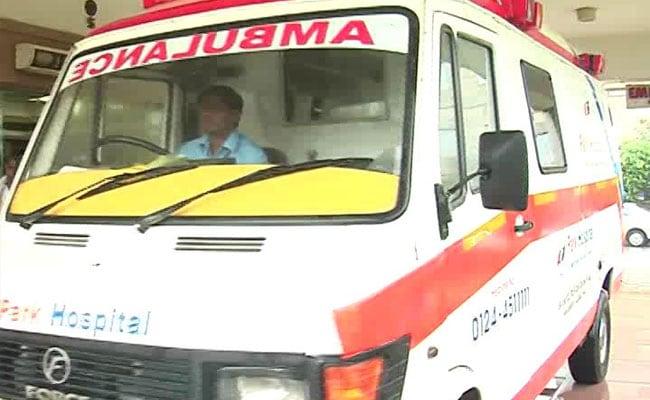 घूस नहीं दी तो मरीज को व्हीलचेयर भी नहीं दी, बच्चे की ट्रायसाइकिल पर लाए मरीज को