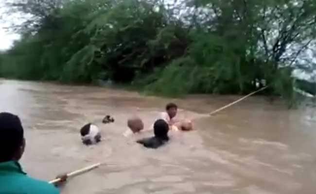 बांग्लादेश में भारी बारिश और भूस्खलन की वजह से बहे शरणार्थी शिविर, 14 की मौत