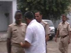 कैमरे में कैद : बसपा के पूर्व सांसद की जेल से रिहाई पर पुलिसवालों को दी गई 'बख्शीश'