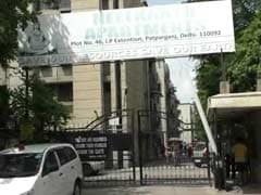 दिल्ली : घूस लेते गिरफ्तार किए गए वरिष्ठ अफसर की पत्नी और बेटी ने पंखे से लटककर जान दी