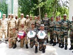 ईद-उल-फितर के मौके पर भारत और पाकिस्तानी सेना ने एक दूसरे को मिठाइयां बांटी
