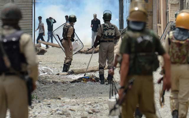 कश्मीर : संघर्ष में प्रदर्शनकारियों ने सीआरपीएफ जवान की राइफल छीनी