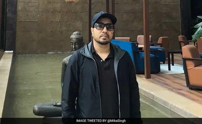मुशर्रफ के रिश्तेदार की शादी में मीका सिंह ने गाया गाना तो भड़के फैन्स, बोले- पासपोर्ट कैंसल कर दो...