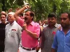 सातवें वेतन आयोग की सिफारिशों के विरोध में सड़क पर उतरे रेलवे कर्मचारी
