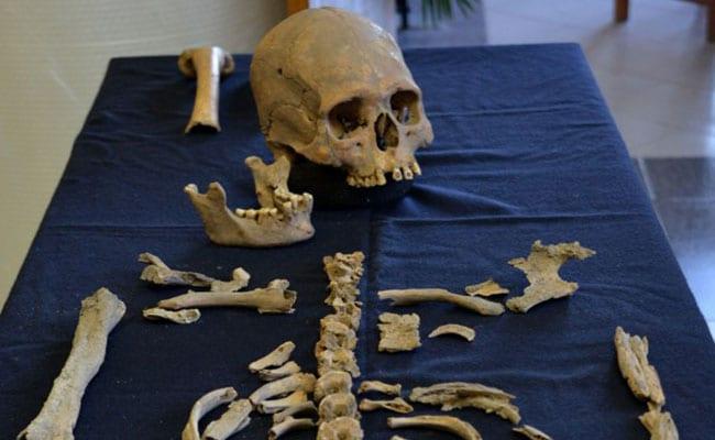 जब कब्र की खोदाई हुई तो निकले 230 कंकाल और मिले आभूषण