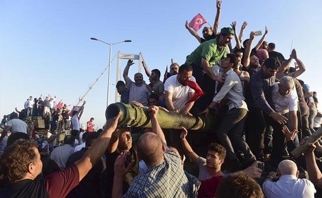 तुर्की 'तख्तापलट' : 250 से ज्यादा की मौत, राष्ट्रपति एर्दोग़ान ने साज़िश नाकाम करने का दावा किया