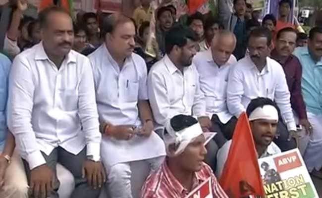 बेंगलुरु में एमनेस्टी के विरोध में प्रदर्शन कर रहे एबीवीपी कार्यकर्ताओं से मिले मंत्री अनंत कुमार
