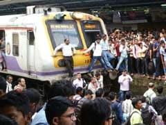मुंबई : ट्रेनों के देरी से चलने से गुस्साए यात्रियों ने बदलापुर में किया 'रेल रोको' आंदोलन