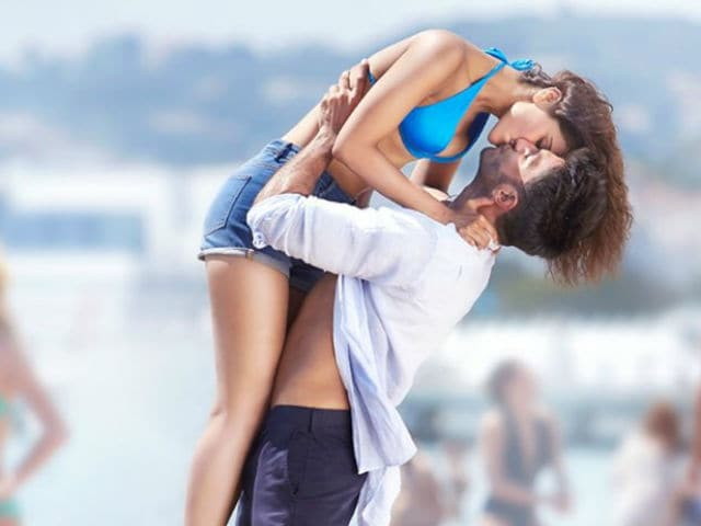 Vaani Kapoor Steals Ranveer Singh's Thunder in New Befikre Still
