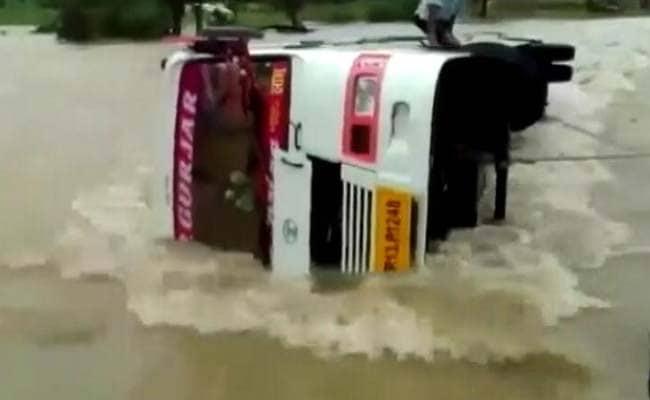 मध्य प्रदेश में बारिश से हालात खराब, यात्री बस नाले में पलटी, 17 लोग बचाए गए