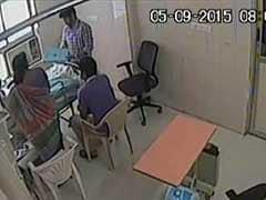 कैमरे में कैद : संपत्ति के लालच में महिला डॉक्टर ने की बीमार बुजुर्ग पिता को मारने की कोशिश