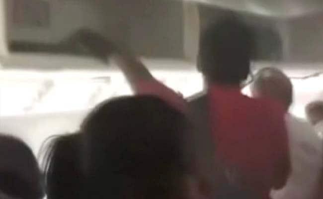 VIDEO : सचमुच बेहद डरावना था क्रैश लैंडिंग से पहले विमान के अंदर का नजारा