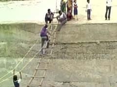 देखें : मध्य प्रदेश के दमोह में जान हथेली पर रखकर ऐसे नदी पार कर रहे हैं लोग!