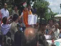 घर लौटीं दीपा कर्मकार, भीड़ में बहन को देखते ही जीप से उतरकर उनसे जा लिपटीं
