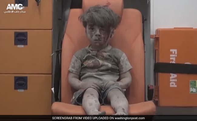 संकटग्रस्त सीरिया का दर्दनाक चेहरा दिखाती हवाई हमले के बाद मलबे से मिले इस बच्चे की तस्वीर