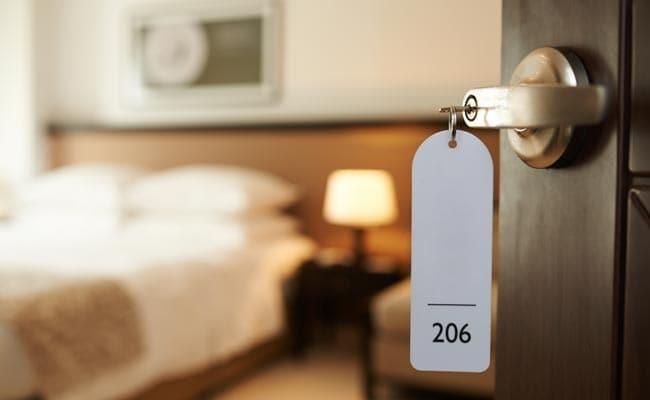 पर्यटन को लेकर सरकार की कोशिशों के बाद भी देश में करीब दो लाख पर्यटक होटल कमरों की कमी
