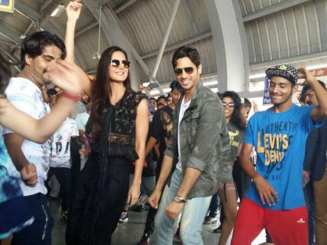 Katrina Kaif Dances to Kala Chashma at Jaipur Station, Crowd Backs Her Up