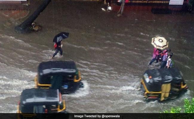मुंबई: तेज बारिश से जीवन अस्त-व्यस्त, मौसम विभाग ने जारी किया अलर्ट